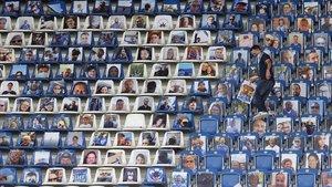 Fotografías de seguidoresen las gradas en la liga de fútbol alemana.