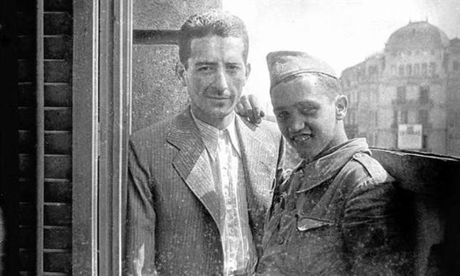 Francesc Boix, con Gregorio López Raimundo, en el Hotel Colón de Barcelona.