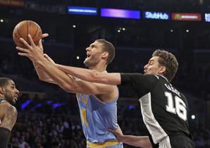 Pau Gasol controla a Brook López, en la derrota de los Suns.