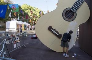 La gran guitarra de madera que preside la plaza del Poble Romaní para las fiestas de Gràcia.