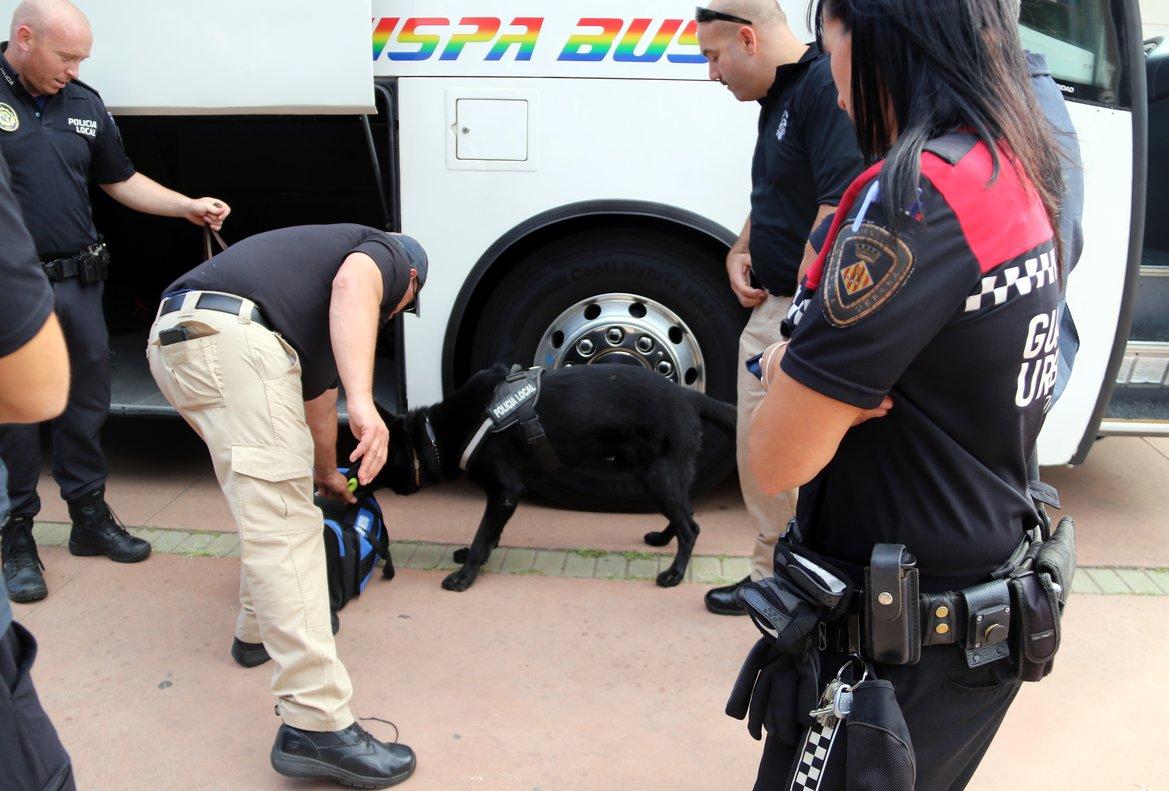 Un grupo de agentes sigue las explicaciones de un instructor este miércoles en el campus de Cornellà