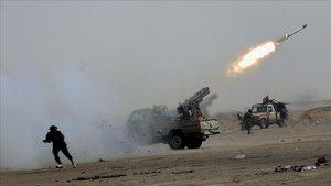 Rebeldes libios lanzan un misil contra las tropas del coronel Muamar Gadafi en Ajdabiya en una foto de archivo del17 de abril del 2011.