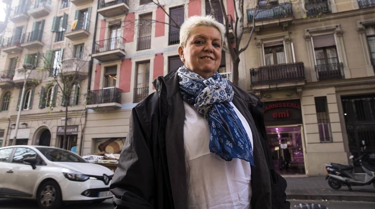 Mercè Vega, frente a la finca en la que viviódurante 55 años, hoy un bloque de pisos turísticos.