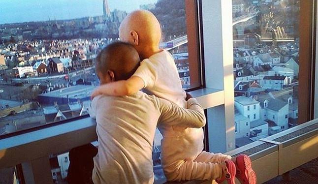 Imagen de dos niñas enfermas de cáncer