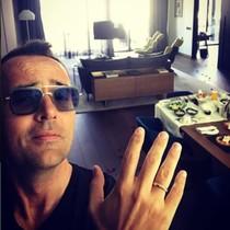 Riste Mejide luce su anillo de casado en una suite del Hotel Mandarán Oriental, de Barcelona.