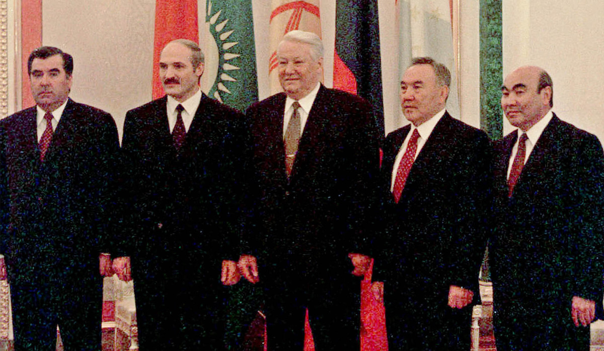 De izquierda a derecha, los presidentes de Tayikistán (Immomaly Rakhmonov), Bielorrusia (Alexander Lukashenko), Rusia (Borís Yeltsin), Kazajistán (Nursultan Nazarbayev) y Kirguizistán (Askar Akayev), en el Kremlin, el 26 de octubre de 1999.