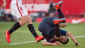 Luis Suárez, por los suelos, durante el Sevilla-Barça (2-4).