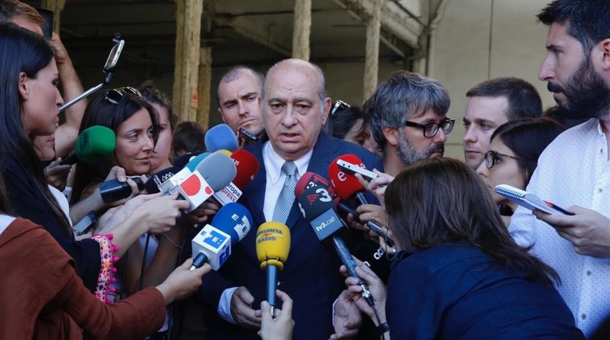 Jorge Fernández Díaz atiende a los medios de comunicaciónen Viladecans, este miércoles.