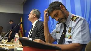 El 'conseller' de Interior, Joaquim Forn, y el mayorde los Mossos, Josep Lluís Trapero, el pasado 31 de agosto, cuando admitieron lo que hasta entonces habían negado: que disponían desde el 25 de mayo de unaviso de riesgo de atentado yihadista en la Rambla.