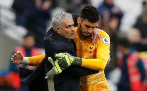 José Mourinho se abraza con Paulo Gazzaniga, portero del Tottenham, tras derrotar al West Ham.