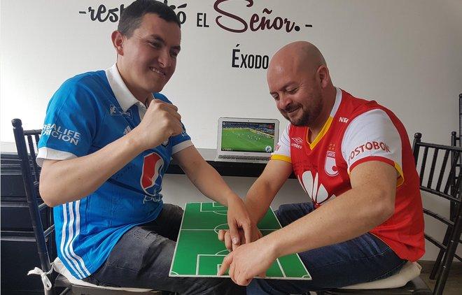 José Ríchards y César Daza, siguiendo un partido con su particular sistema.
