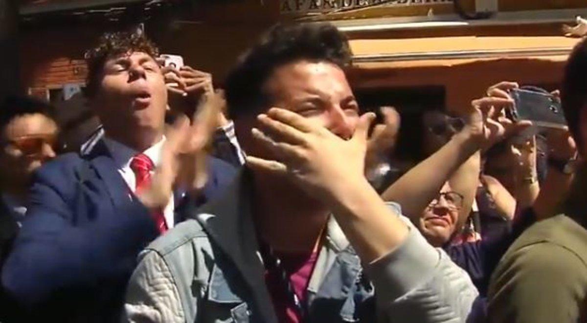 El viral que arrasa en Twitter: jóvenes desconsolados ante el paso de la Virgen de los Dolores