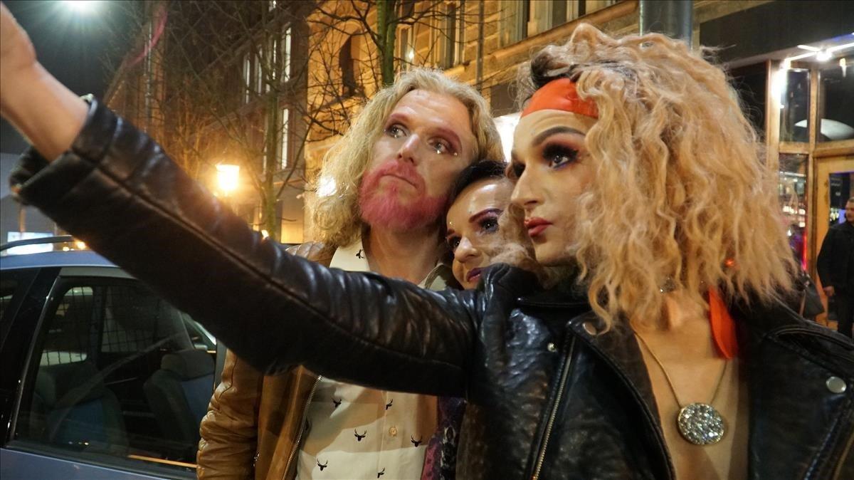 Helldor Mar, con aire de 'drug queen' en Poznan (Polonia), en el programa 'Katalonski', de TV-3.