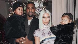 Kim Kardashian y Kanye West posan con sus dos hijos, North y Saint.