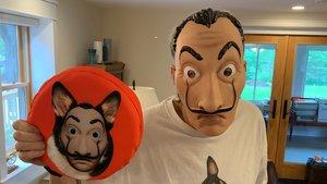 Stephen King ha publicado la foto con la máscara de la serie 'La casa de papel' en su cuenta de Twitter.