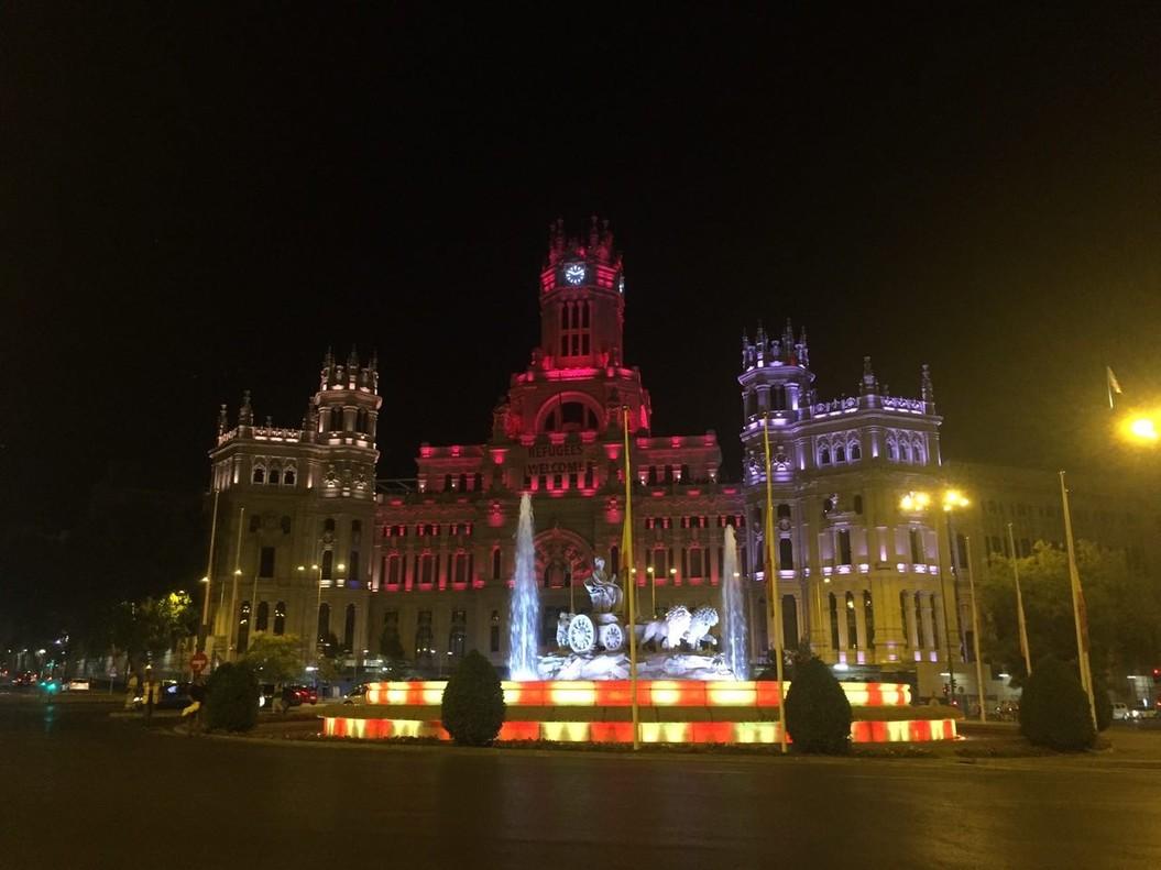 La Cibeles madrileña se iluminó anoche con los colores de Barcelona.