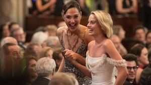 Las actrices Gal Gadoty Margot Robbie sonríen durante la 90 edición de los Oscar.