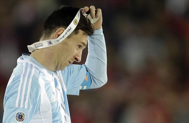 Leo Messi se quita la medalla de subcampeón de la Copa América nada más recibirla.