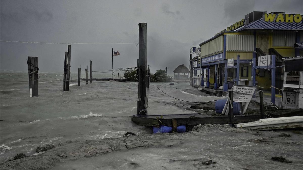 El fuerte oleaje originado por el Irma ha golpeado los muelles de Whale harbour en los Cayos de Florida provocando importantes daños.