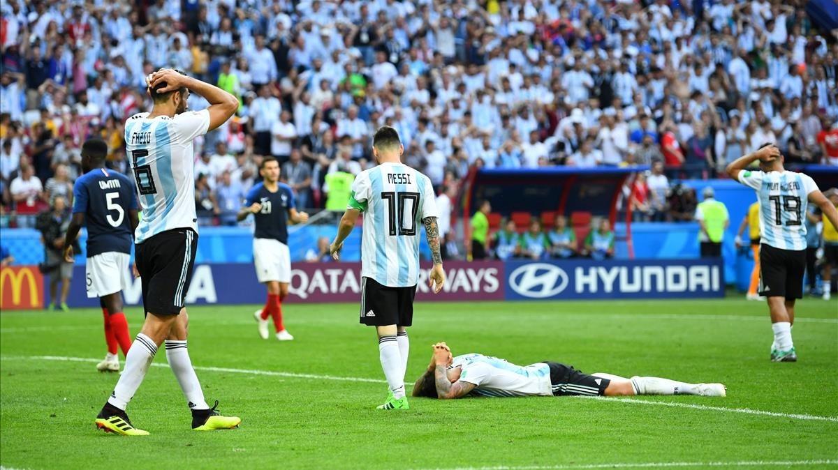 Los jugadores argetninos, con Messi en el centro, lamentan una ocasión malograda en los últimos compases del partido.