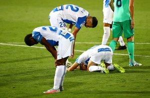 Los jugadores del Leganés abatidos, tras confirmarse el descenso