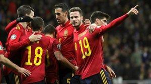 Los jugadores de España felicitan a Gerard Moreno, autor del tercer gol a Rumanía.