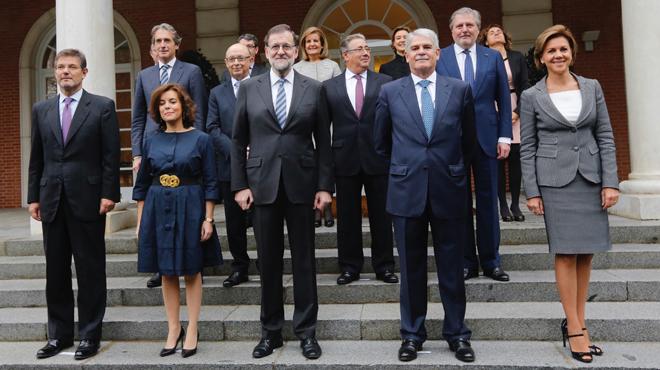 Los nuevos ministros del Gobierno y el presidente del mismo, Mariano Rajoy, se han realizado la tradicional foto en las escalinatas de la Moncloa.