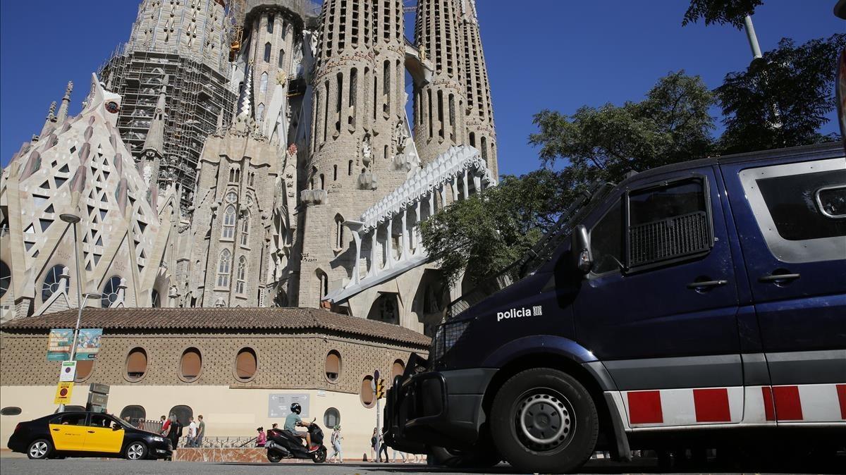 Los Mossos presentes en las inmediaciones de la Sagrada Familia.