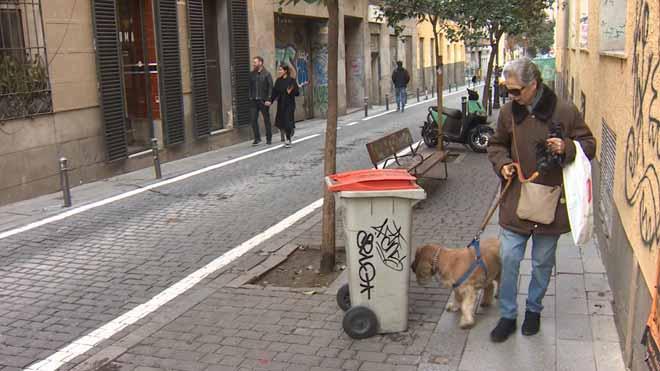 El lugar del barrio de Malasaña (Madrid) en el que se encontró un feto en un contenedor.