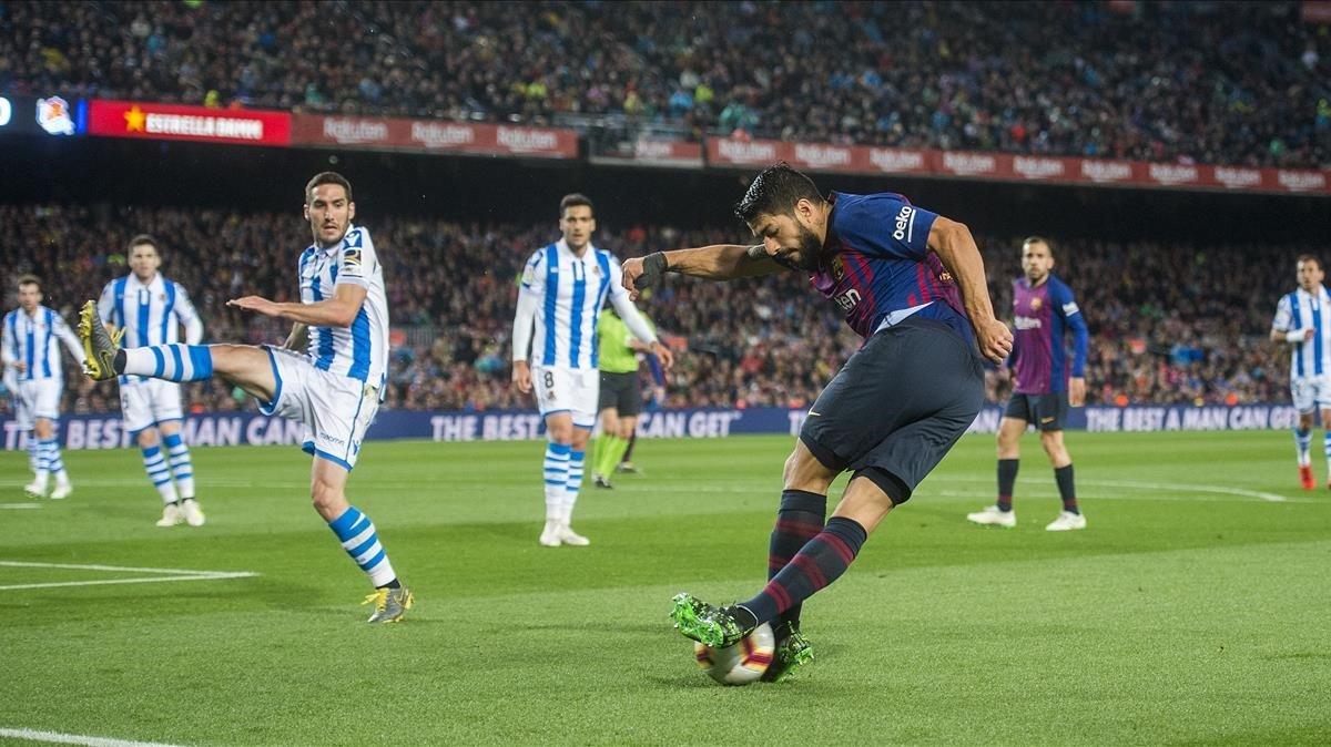 Luis Suárez intenta una rabona infructuosa ante la Real Sociedad.