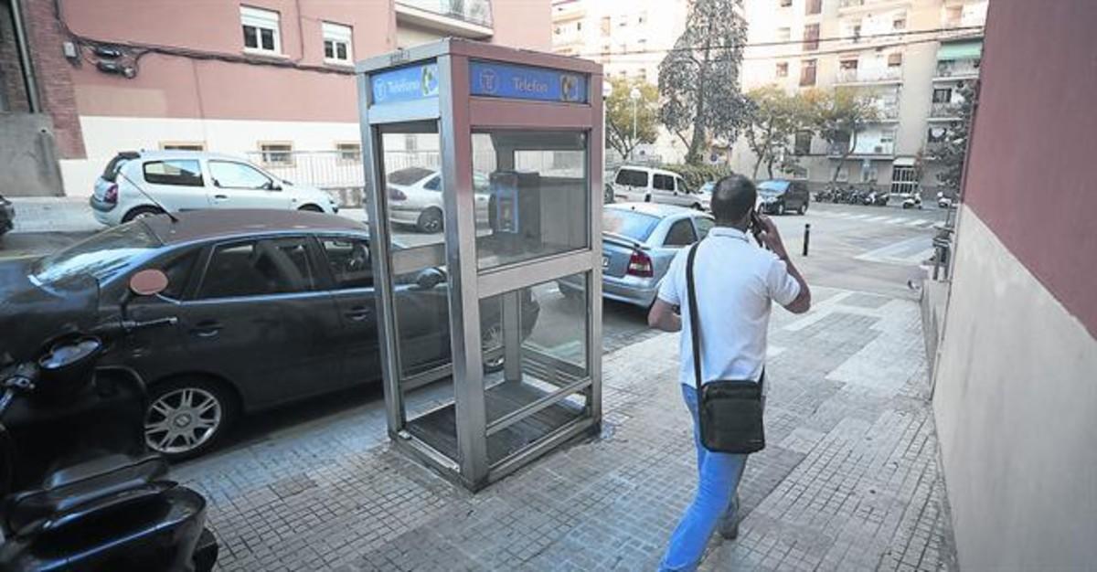 Lúnica cabina de model tancat que queda aBarcelona, al carrer Lledoner, el passat divendres.