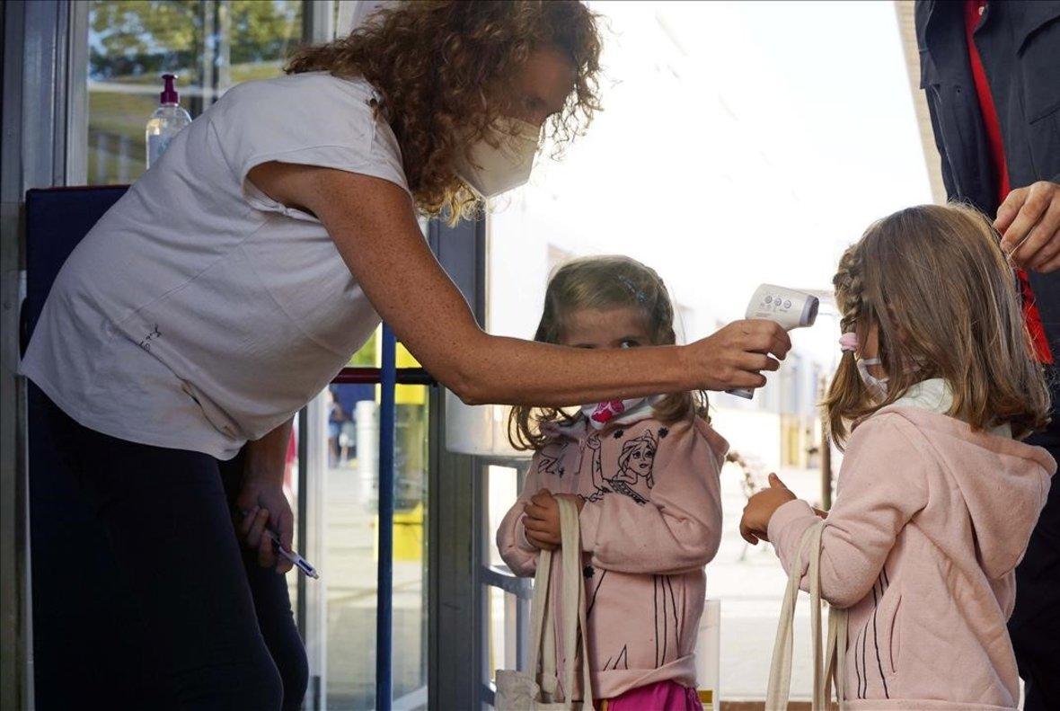 En la imagen profesores y alumnos del colegio Teresa Berganza de Boadilla del Monte en Madrid el primer día de curso.