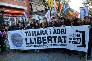 Manifestación en apoyoaTamara y Adrià Carrasco, con Tamara Carrasco y la madre del activista al frente, en Viladecans