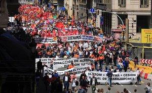 La manifestación del 1 de mayo a su paso por Via Laietana, en Barcelona.