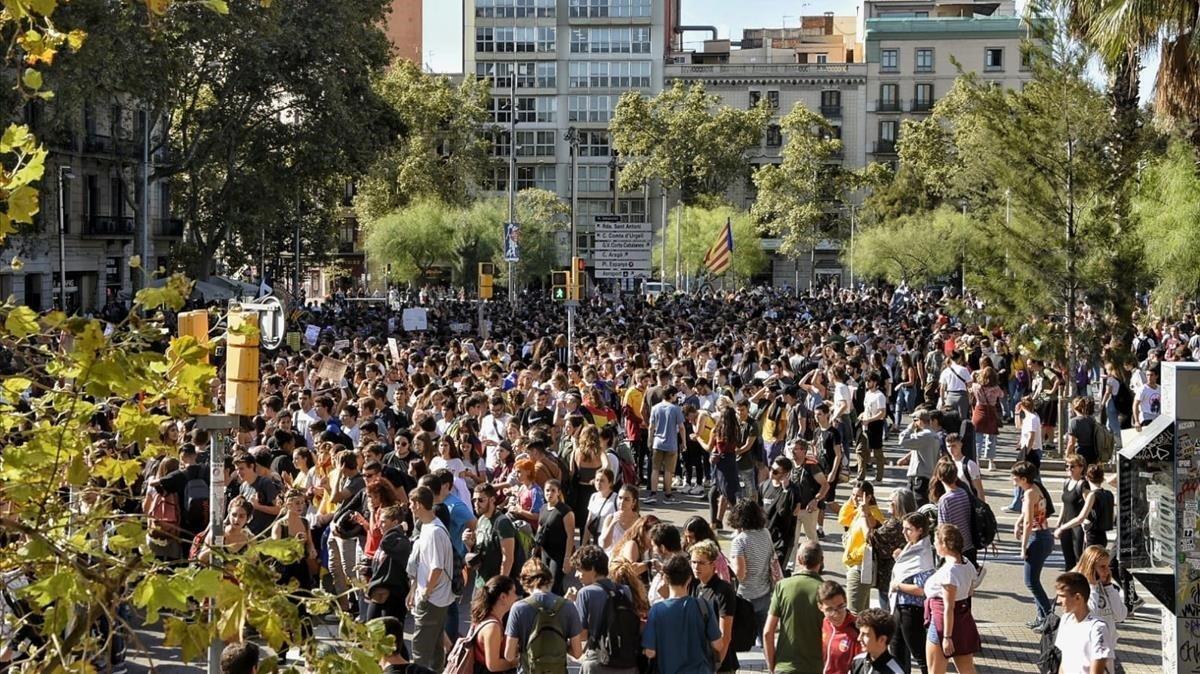Multitudinaria manifestación de estudiantes en Barcelona contra la sentencia del 'procés'