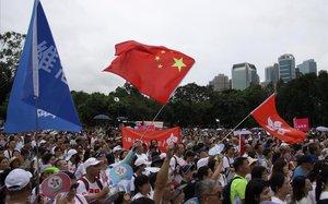 Manifestación en Hong Kong contraria a las protestas que han paralizado la isla.