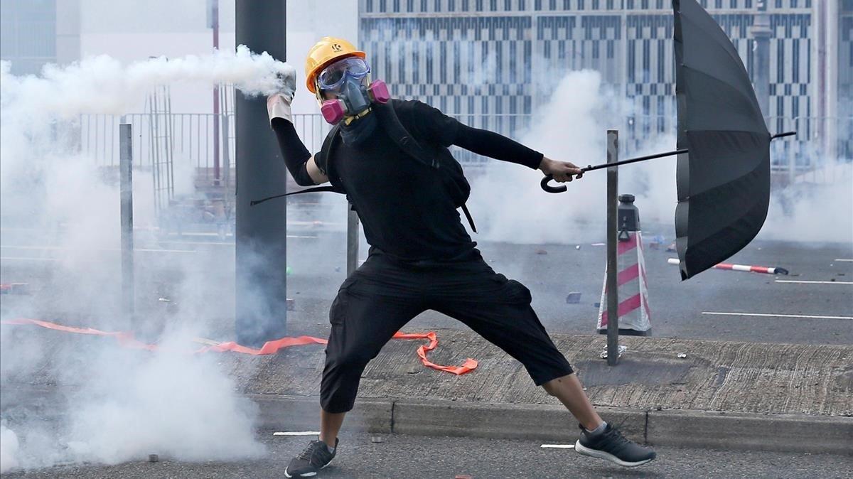 Guerra comercial y protestas hunden a Hong Kong en la recesión