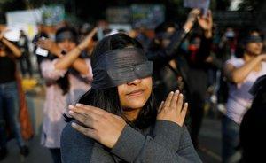Manifestantes en Nueva Delhi (India) en la protesta en solidaridad con las víctimas de violaciones en el país.