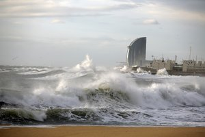 Mar gruesa en la playa de la Mar Bella, en Barcelona, el pasado enero.