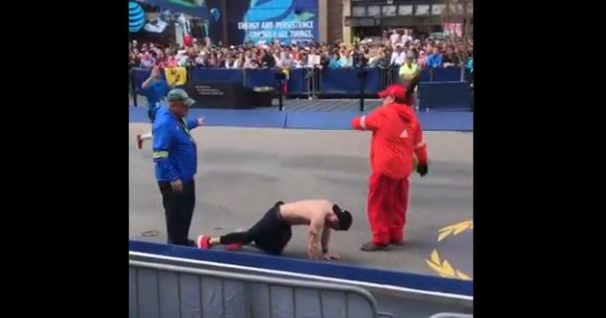 Un veterano de guerra colapsa en una maratón y se arrastra hasta la meta en homenaje a sus compañeros fallecidos