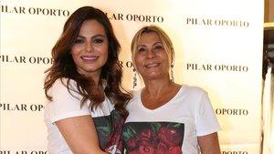 La empresaria Pilar Oporto posa con Marisa Jara, en su boutique de Barcelona, el pasado miércoles.
