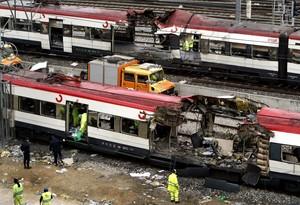 Tareas de rescatetras la explosión de varios trenes en Madrid.