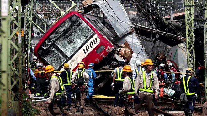 Mas de 30 heridos en Yokohama, Japón al chocar un tren con un camión.