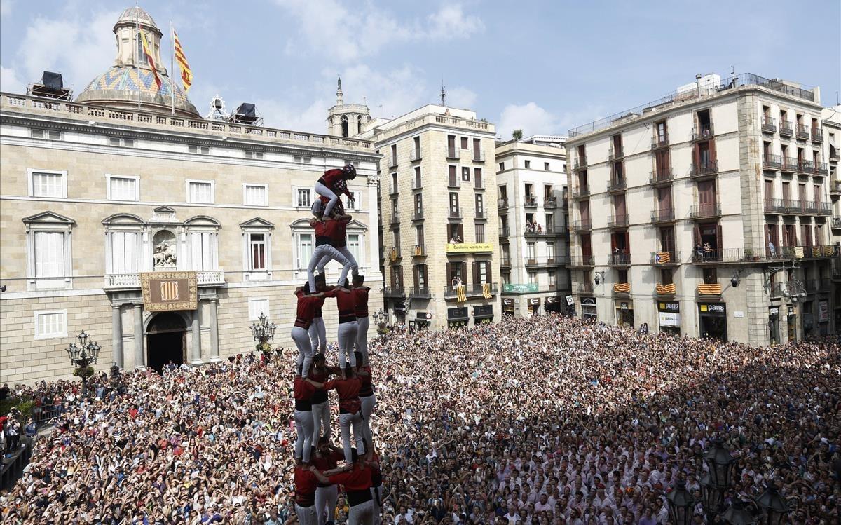 Un momento de la actuación de los Castellers de Barcelona, en la plaza de Sant Jaume.