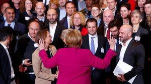 Merkel se dirige a los participantes del Premio Nacional a la Integración en la Cancellería, en Berlín.