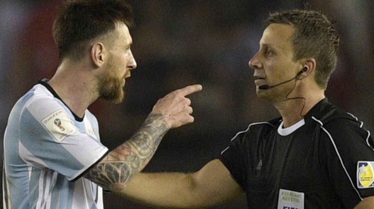 Messi se encara con el árbitro asistente al final del Argentina-Chile.