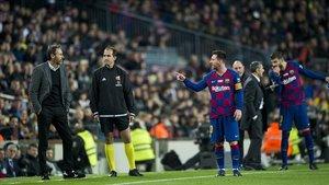 Messi y Vicente Moreno, el técnico del Mallorca, se enzarzan en una discusión en el Camp Nou.