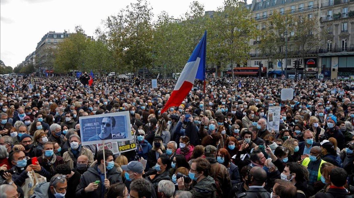 Miles de manifestantes en la plaza de la República de París, este domingo.