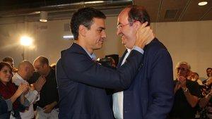 Miquel Iceta felicitado por Pedro Sánchez, en una imagen de archivo.