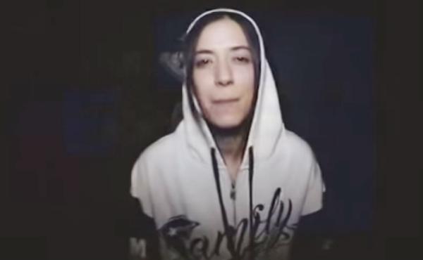 El vídeo está protagonizado por la cantante extremeña de rap Discípulo de la rima.